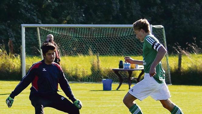 C I-Kapitän Sven Ove Westphal (r.) spielt Keeper Alexander Schmidt aus und schießt gegen die JSG Ostholstein/Kabelhorst das 6:1. Die SG siegte am Ende mit 8:1. © privat