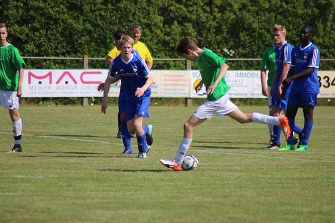 Die A-Junioren (hier mit Christoph Schnetzer im Schuss) verloren das letzte Saisonspiel gegen den TSV Lensahn deutlich mit 0:5. + Foto: Braesch