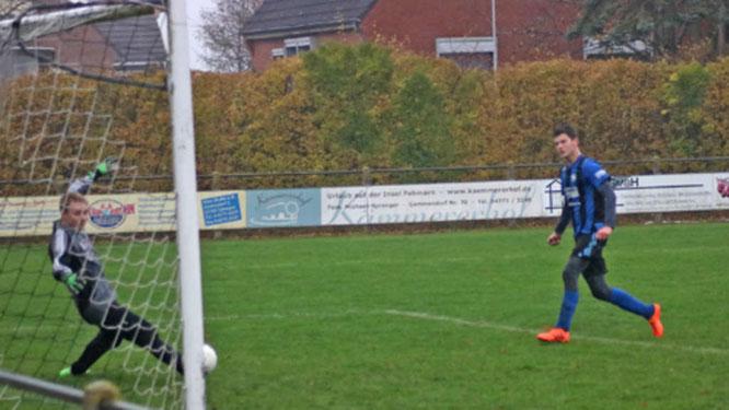 Bei der Wasserschlacht in Landkirchen erzielt Max Utech hier das 2:0 für die B-Junioren der SG JSG Fehmarn/SV Großenbrode gegen die SG Fissau/Eutin 08. Am Ende gewannen die Gastgeber mit 4:3.© Fehmarn24/Braesch