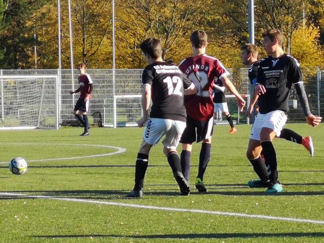 Lennert Höft und Enéias Kardel von der A-Jugend gegen Raphael Witt der Eutins frühes 1:0 markierte. Foto: privat