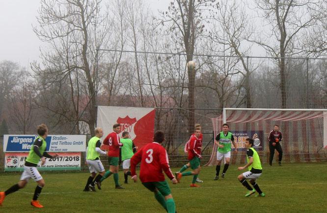 Zunächst unter Druck und 2:0 in Rückstand - am Ende holten die A-Junioren in Sarau einen Punkt Foto: R.Paul