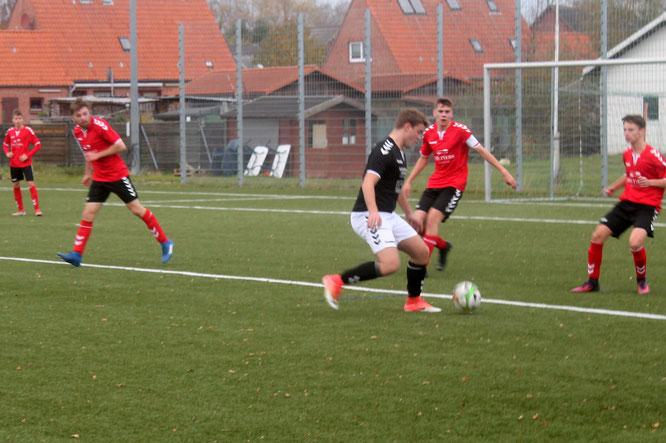 Jan-Hinrich Witt düpierte die Abwehr der Wagrier (rechts im Bild Ex-JSG/SVG Spieler Janik Jäcker) und traf durch die Beine des Keepers zum 1:0 (35.). Foto: R.Paul