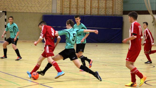 Die SG JSG Fehmarn/SV Großenbrode (grüne Trikots) schied bei der Futsal-Hallenkreismeisterschaft in der Burger Großsporthalle als Gruppendritter aus. Die SG Eutin/Malente siegte auf Fehmarn. © Fehmarn24/Normen Noffke