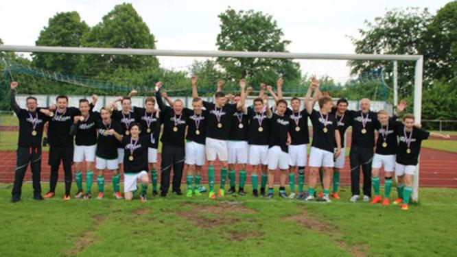 Die B I der SG JSG Fehmarn/SV Großenbrode nahm in Malente nach dem 6:0-Auswärtserfolg bei der SG Eutin/Malente die Meistermedaillen durch Staffelleiter Normen Noffke in Empfang. Das Team bereitet sich nun auf die Aufstiegsrunde zur Verbandsliga Süd vor.