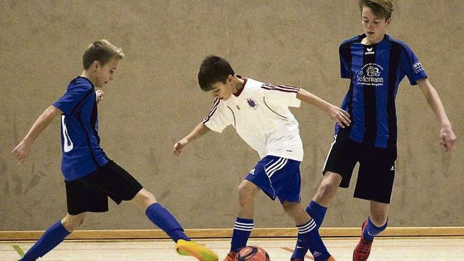 Die JSG Fehmarn (blaue Trikots) und die FSG Oldenburg-Putlos haben sich für die Futsal-Kreismeisterschaften qualifiziert. © Fehmarn24/Normen Noffke