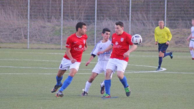 Hasso Sarem (Mitte) wird von zwei Spielern des FC Scharbeutz bedrängt. Die A-Junioren der SG JSG/SVG verloren am Ende mit 1:2.© Fehmarn24/Braesch