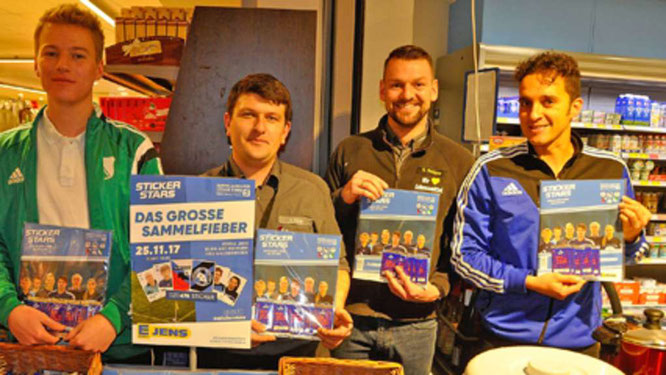 Stellten das Sammelalbum vor (v. l.): Matis Müntz (A-Junioren JSG Fehmarn/SV Großenbrode), Fialleiter Eugen König, Vertriebsleiter Swen Rathjens und JSG-Vorsitzendener Sebastian Wagener.