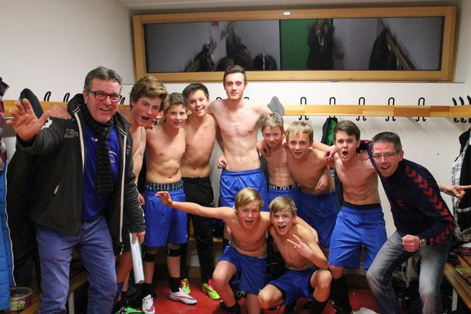 Kollektiver Jubel der JSG nach dem Turniersieg beim Wintercup des SC Rapid Lübeck. +  Foto: Jutta Trost