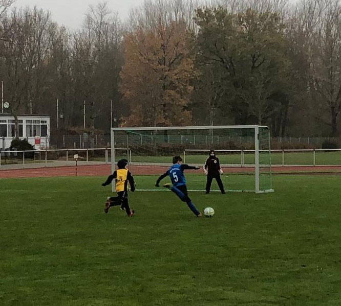 Malik Lux (5) traf drei Mal für die E IV in Neustadt. Foto: Ole Schwenn