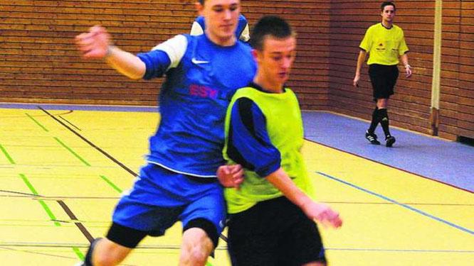 René Gimmini (r.) verpasste mit den A-Junioren der JSG Fehmarn die Endrunde beim OSV U19-Cup. Die JSG feierte zwei Siege gegen Hagen-Ahrensburg und Dänischburg. ·© Foto: lb