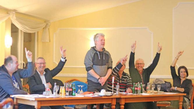 Einstimmig wurde die Beitragserhöhung der JSG Fehmarn bei der Jahreshauptversammlung angenommen. Hier der Vorstandstisch bei der Wahl des 1. Vorsitzenden Sebastian Wagener.© Fehmarn24/Braesch