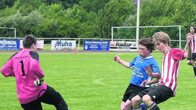 Tim Luca Spohr (Mitte) war gegen den Staffelsieger SG Stockelsdorf/Ahrensbök III zweimal erfolgreich. Die JSG verlor mit 3:5. ·© Foto: nn, privat