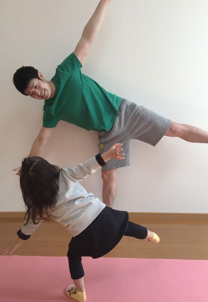 オーナーの 小川一真氏と子供たちの写真