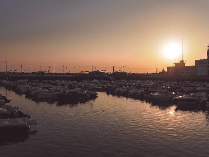 Faros Hafen im warmen Abendlicht