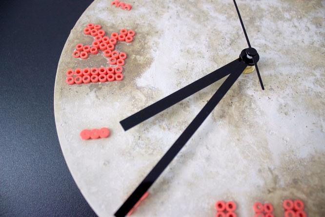 DIY Uhr aus Beton mit Ziffern aus Bügelperlen. Kostenlose Anleitung.