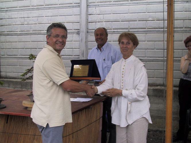 Giuseppe Velli riceve la targa del Miglior bonsaista da Maria Teresa Volonterio