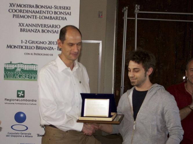 Andrea Carrara - Bonsai Club Somma riceve la targa Miglior Bonsaista del Coordinamento