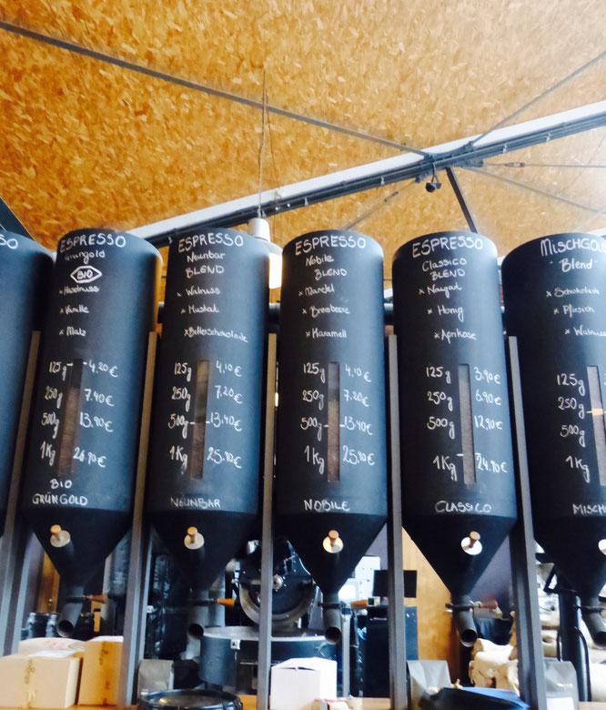 Nur eine kleine Auswahl der Kaffeemischungen zum Mitnachhausenehmen im Elbgold