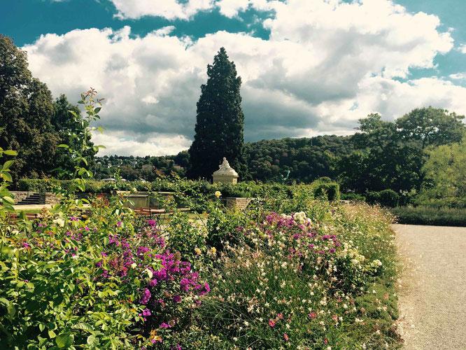 Der romantische Schlossgarten mit der Statue Vater Rhein und Mutter Mosel