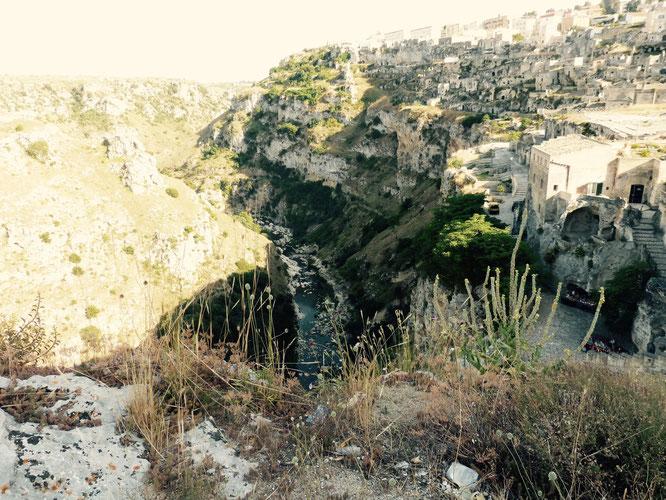 Der tiefe Blick in die Gravina Schlucht in Matera