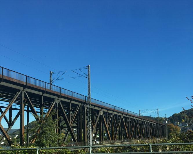 Auch interessant - die Doppelbrücke bei Alf: Oben fahren Züge, darunter Autos.