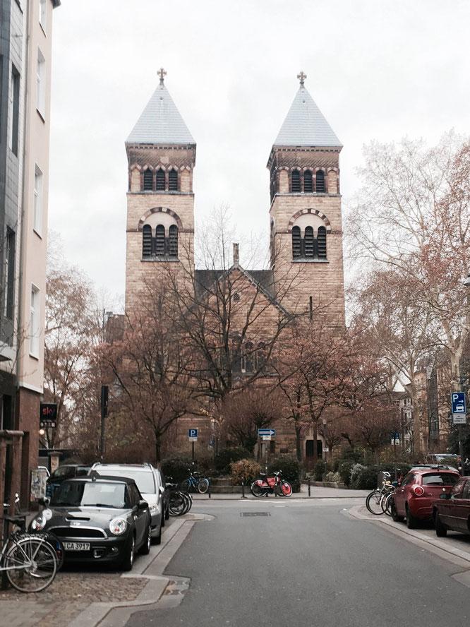 Der Brüsseler Platz und die Sankt Michaelskirche.