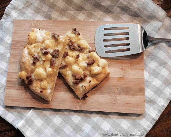 Rezept für Pizza al taglio mit Kartoffeln, Bratwurst und Käse