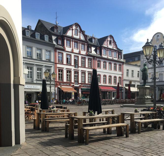 Platz nehmen auf dem pittoresken Jesuitenplatz.