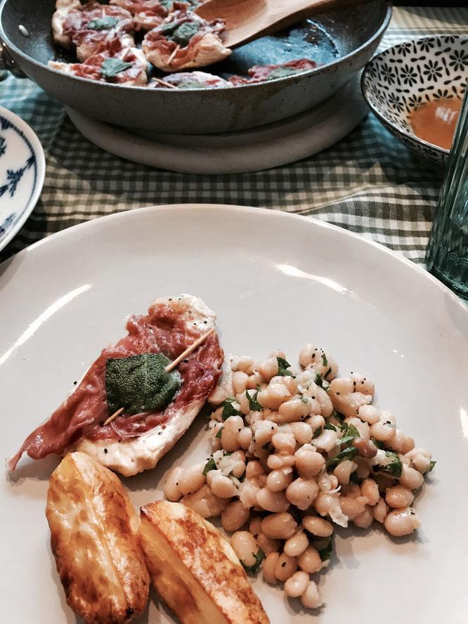 Zu dem Saltimbocca alla romana passen knusprige Ofenkartoffeln besonders gut.