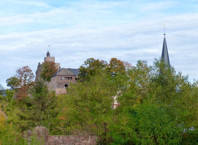 Die Saarburg liegt gleich um die Ecke. Vor der Burg führt auf der rechten Seite eine Treppe zu einem Belvedere.