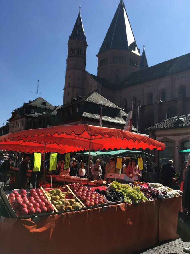 Der Wochenmarkt findet rund um den Dom dienstags, freitags und samstags statt.