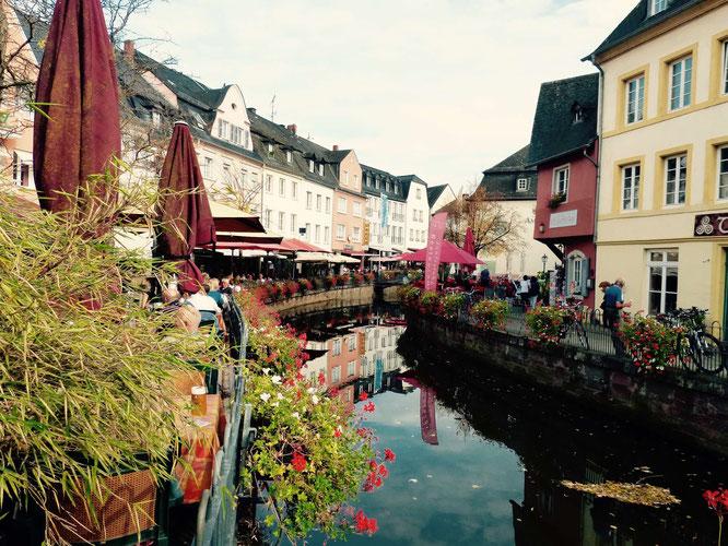 In dem Kanal, der mich an Brügge und weniger an Venedig erinnert, verläuft der Leukbach.