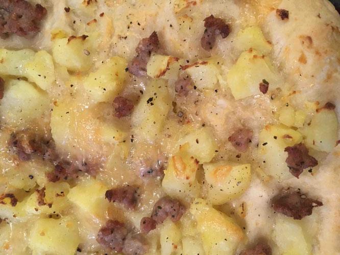 Im Focus: Pizza mit Kartoffeln und Bratwurst, auf die ich am Ende immer gerne zwei bis drei Umdrehungen frisch gemahlenen Pfeffer gebe.