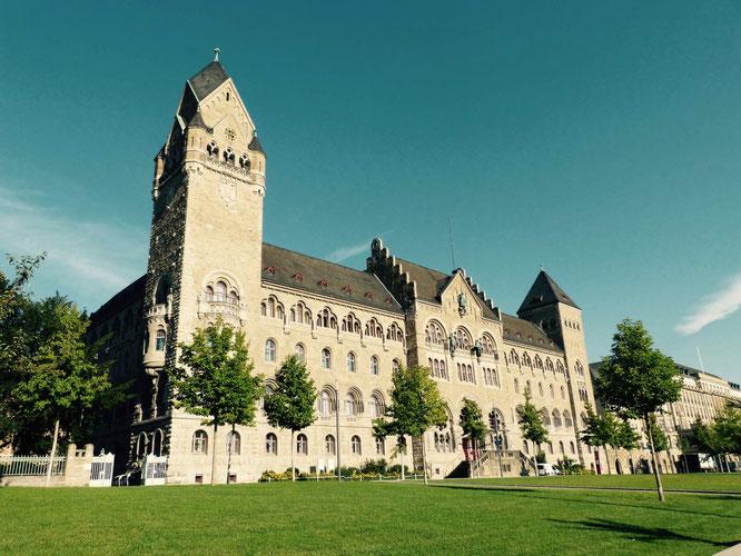 Wie aus dem Ei gepellt - das preußische Regierungsgebäude in Koblenz