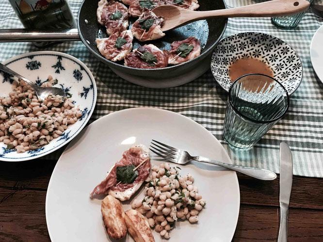 Rezept für Saltimbocca alla Romana mit einem Salat aus Cannellini-Bohnen