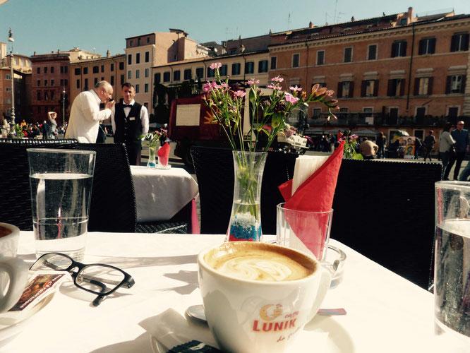 Selbstverständlich macht Kaffeetrinken in Rom auch im Sitzen Spaß!