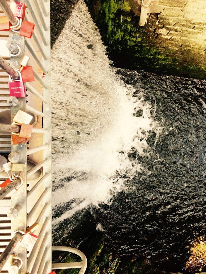 Romantischer gehts nimmer - Liebes-Schlösser über dem Wasserfall.