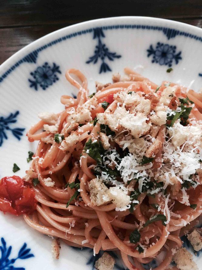 Rezept für Nudeln mit Sardellen, Tomaten und Knusperbrot