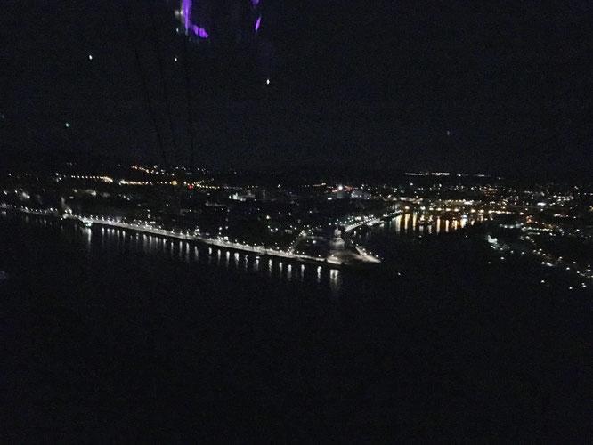 Eine Fahrt in der Seilbahn ist nachts absolut spektakulär