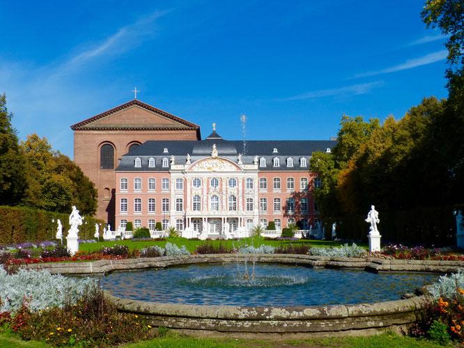 Blick vom Palastgarten auf die Konstantin-Basilika und das Kurfürstliche Palais.