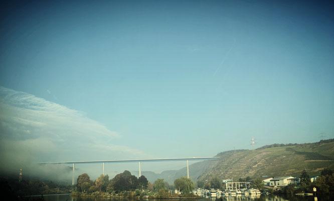 Ein Teil der Winninger Brücke wurde vom Nebel verschluckt.