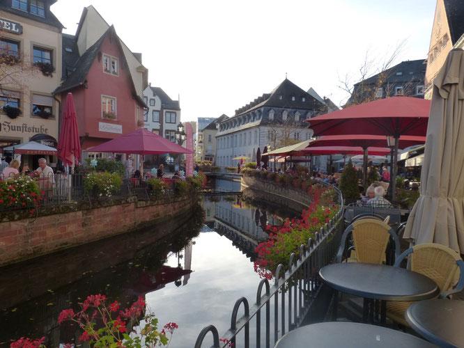 Jeder freie Zentimeter am Kanal ist mit Tischen und Stühlen besetzt.