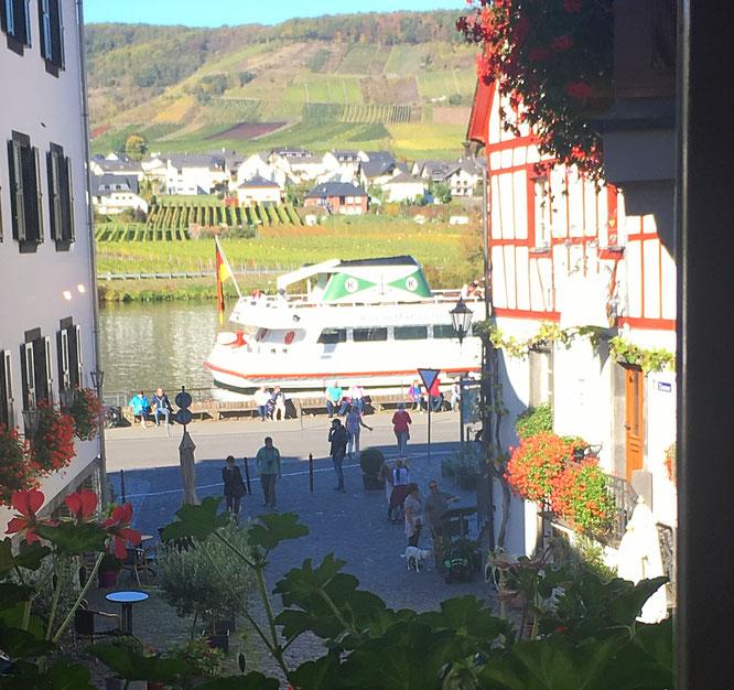 Blick aus einem Fenster des Café Klapperburg auf die Mosel