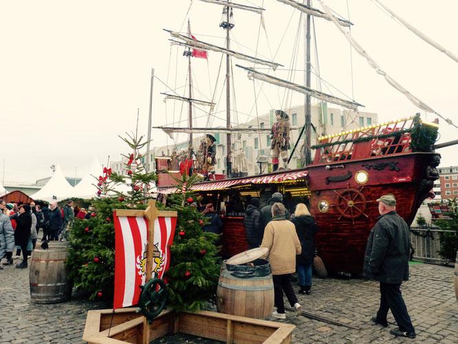 Weihnachtbuden im Piratenschiffsformat auf dem Hafen-Weihnachtsmarkt in Köln