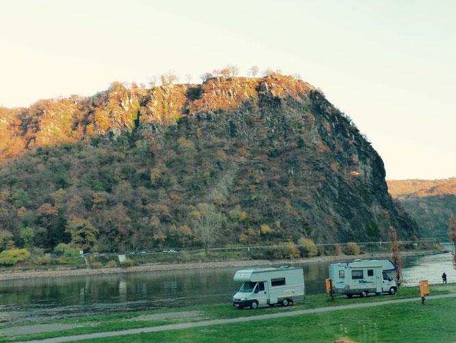 Clemens Brentano und Heinrich Heine werden den Loreley-Fels wohl ohne Wohnmobile erblickt haben.