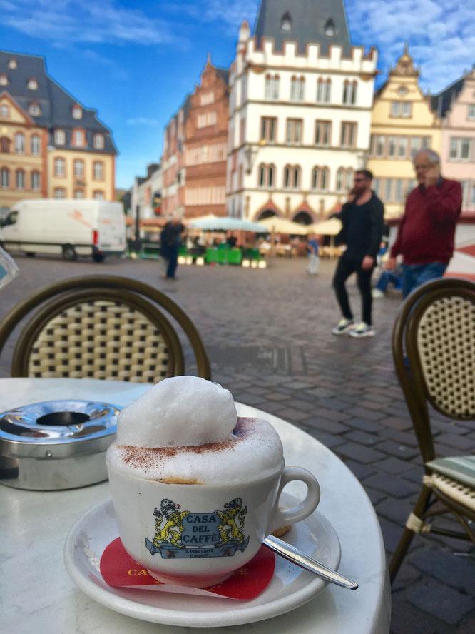 Cappuccino trinken auf dem Hauptmarkt in Trier