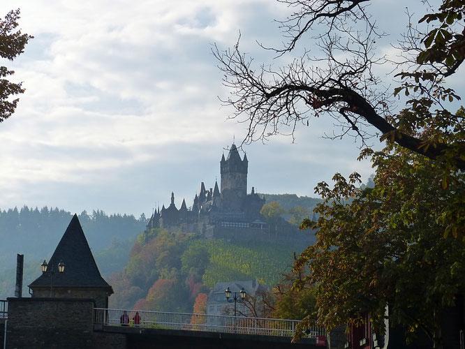 Die Reichsburg in Cochem macht dank exponierter Lage schon von Weitem auf sich aufmerksam.