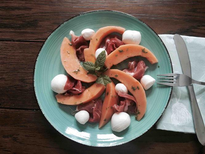 Rezepte aus Itaien: Melone, Proscuitto und Mozzareela mit Minze-Öl.
