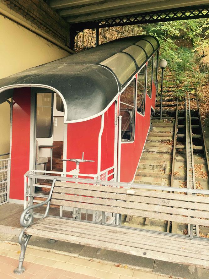 Der knallroter und restaurierte Wagon der Malbergbahn.