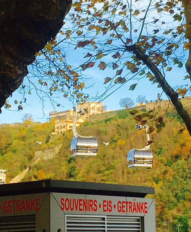 Die Gondeln der Seilbahn Koblenz schweben vom Konrad-Adenauer-Ufer hoch zur Festung Ehrenbreitstein.